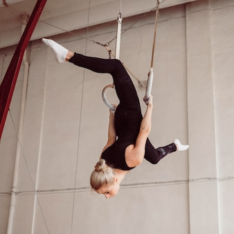 Atletische vrouw training op gymnastiek ringen