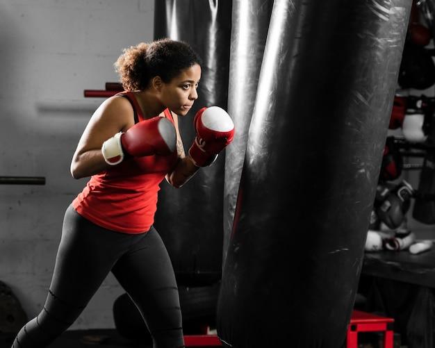 Atletische vrouw training voor boksen