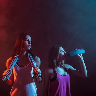 Atletische vrouwen die vol vertrouwen in studio stellen