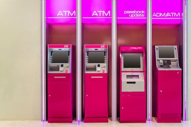 Atm (geldautomaat) adm (automatische geldstortautomaat) en bankboekupdate