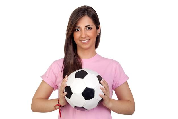 Atractivemeisje met een voetbalbal die op witte achtergrond wordt geïsoleerd
