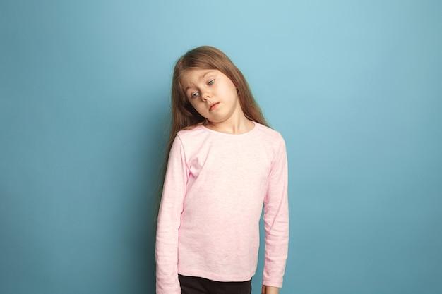 Attent meisje. verdrietig tienermeisje op blauw. gezichtsuitdrukkingen en mensen emoties concept