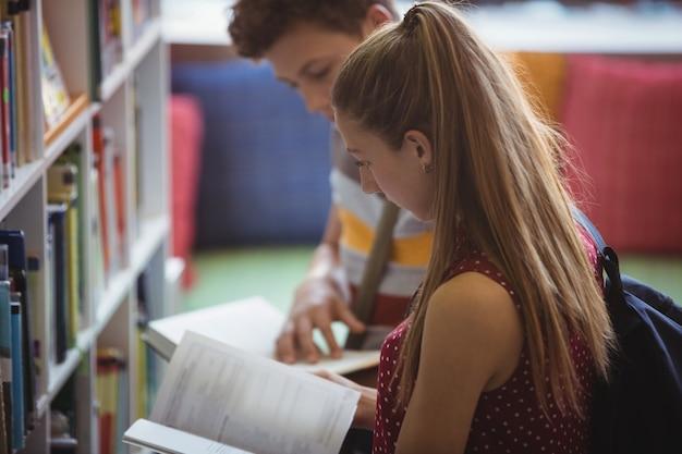 Attente klasgenoten lezen boek in bibliotheek