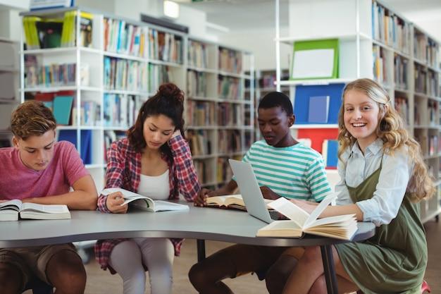 Attente klasgenoten studeren in bibliotheek