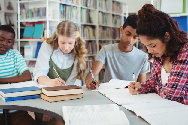 Attente klasgenoten studeren in bibliotheek Premium Foto