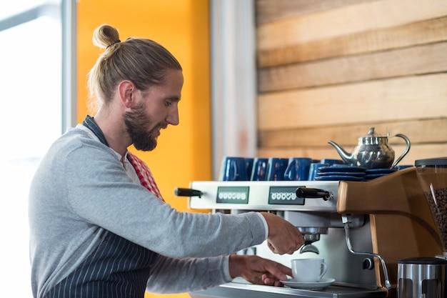 Attente ober kopje koffie maken