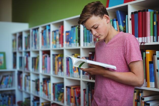 Attente schooljongen leesboek in bibliotheek