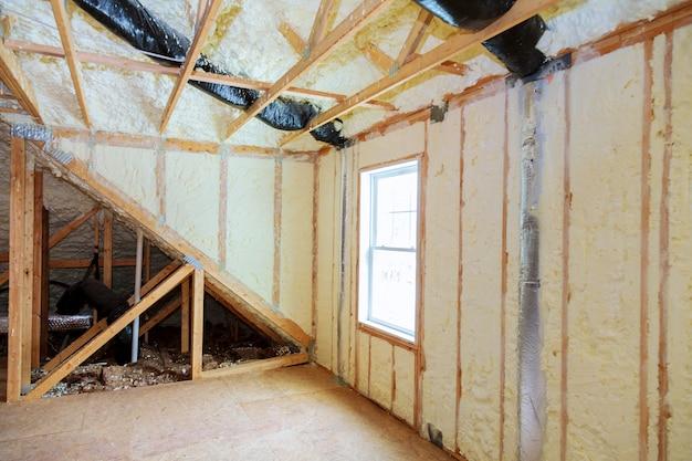 Attick loft isolatie gedeeltelijk geïsoleerde muur