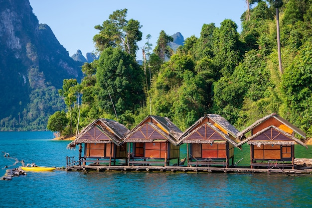 Attracties bij ratchaprapha dam, guilin, thailand