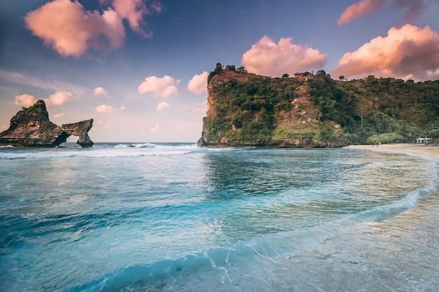 Atuh strand nusa penida eiland kustlijn landschap