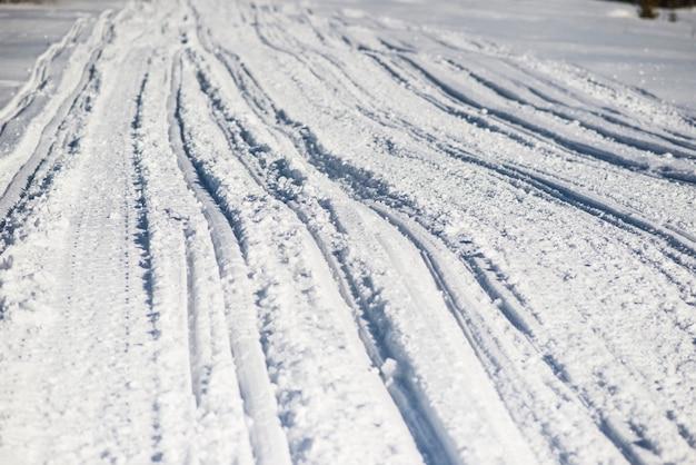 Atv- en skiroutes in de sneeuw