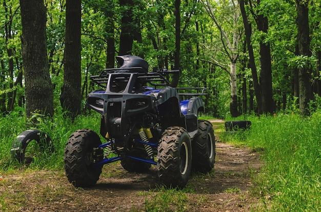 Atv quad bike op een speciaal circuit in het bos
