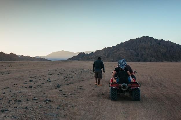 Atv-safarigids wijst de weg