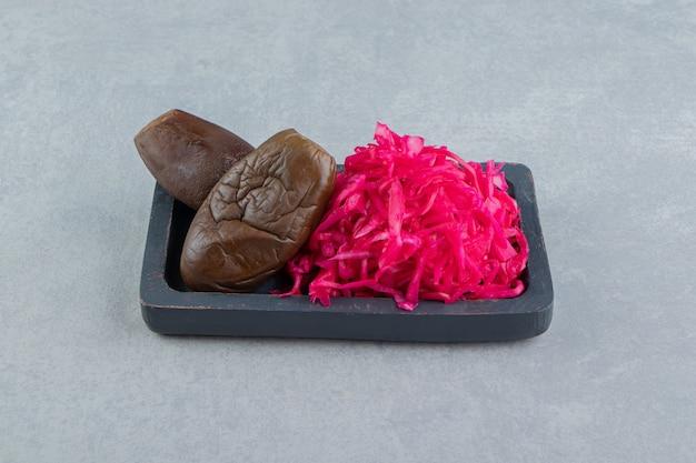Aubergine en ingelegde rode kool op het bord