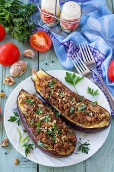 Aubergine gevuld met gehakt en groenten