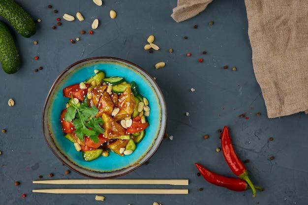 Aubergine krokant, chinese keuken, concrete achtergrond