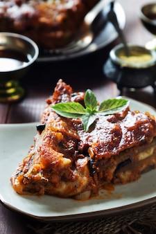 Aubergine lasagne met kaas, vlees, tomatensaus en basilicum