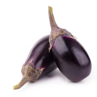 Aubergine of aubergine groente geïsoleerd op een witte achtergrond