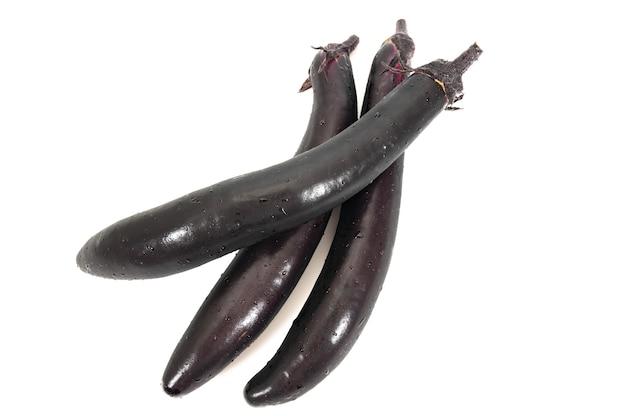 Aubergine of aubergine groente op witte achtergrond