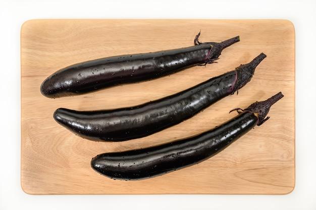 Aubergine of auberginegroente op snijplank
