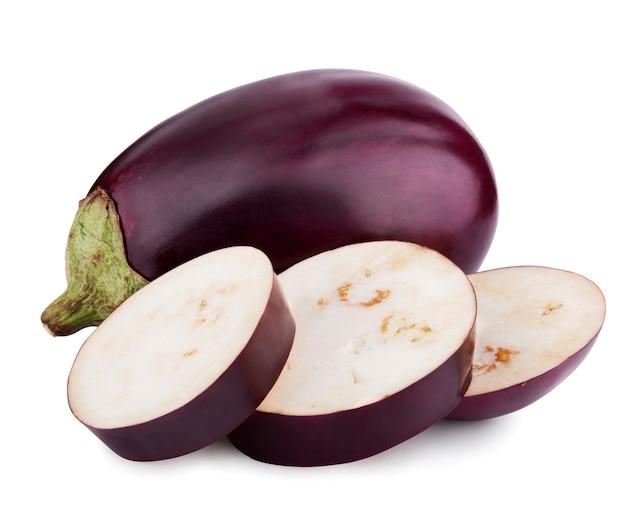 Aubergine of auberginegroente op witte achtergrond. uitknippad