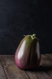 Aubergine op donkere houten achtergrond