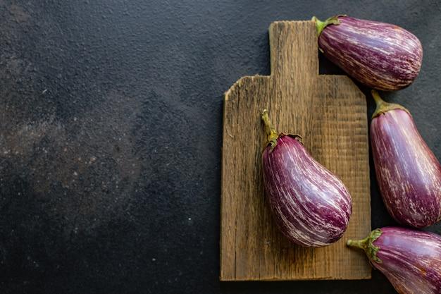 Aubergine verse groenten op tafel portie