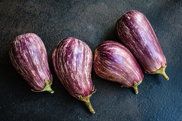 Aubergine verse groenten op tafel