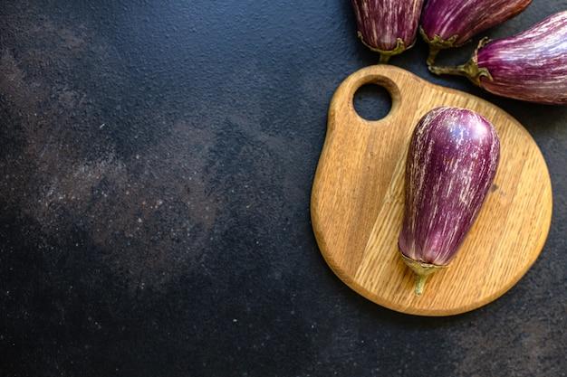 Auberginegroenten vers op tafel