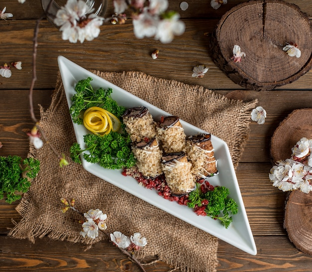 Aubergineroletten op de tafel