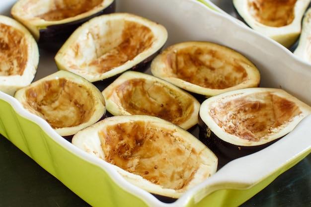 Aubergines op de bakplaat voordat ze in de oven worden gezet