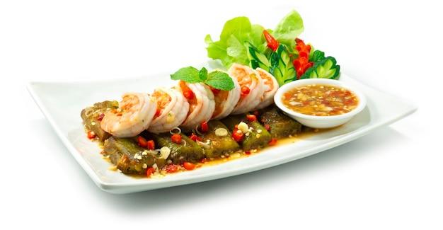 Aubergines salade met garnalen geserveerd chili zeevruchten pittige saus thaifood style versier gesneden groente zijaanzicht