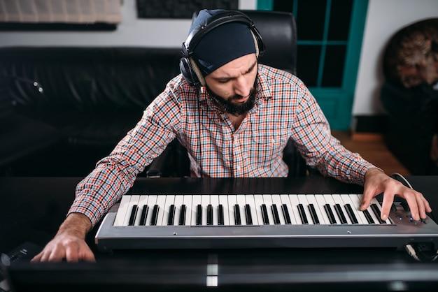 Audio engineering, geluidsman werkt met synthesizer