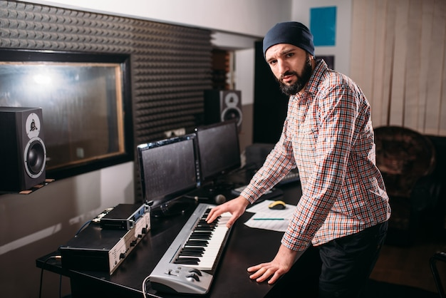 Audio-engineering. geluidsproducent werkt met muziek in de studio