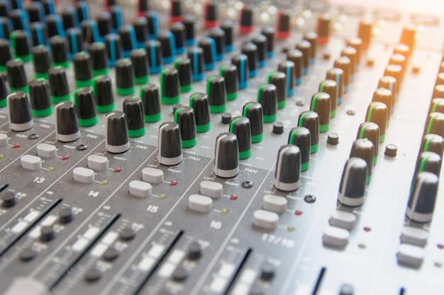 Audio geluid mixer bedieningspaneel. geluidsconsole knoppen om het volume aan te passen