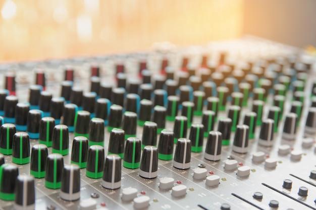 Audio geluid mixer bedieningspaneel.
