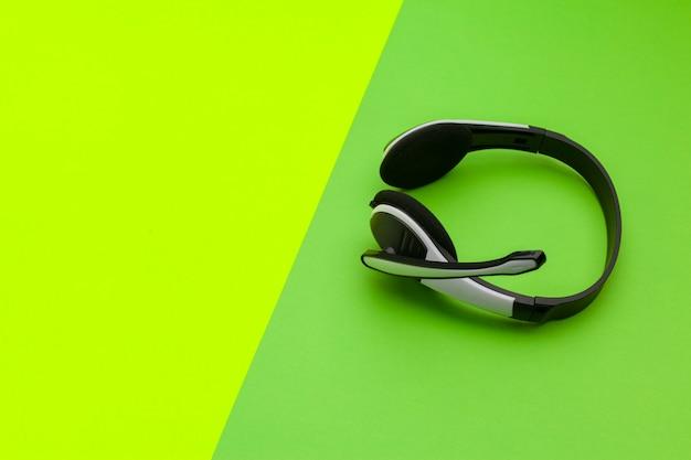 Audio-headset op kleur achtergrond