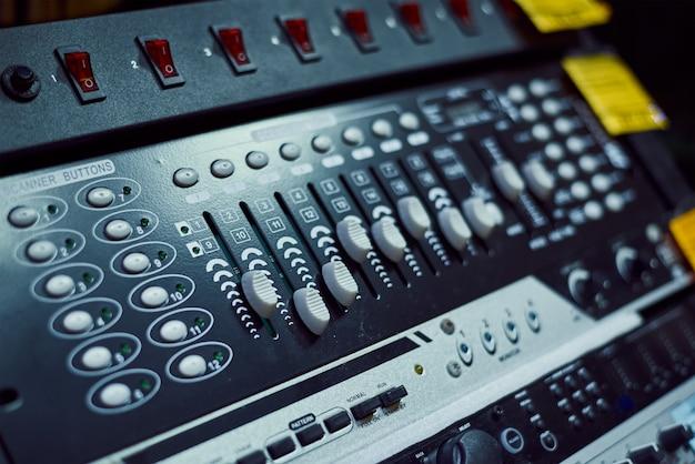 Audio muziek mixer console op zwarte achtergrond. geluidsstudio mengpaneel