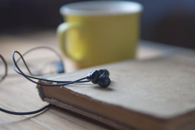 Audioboekconcept en een kopje koffie