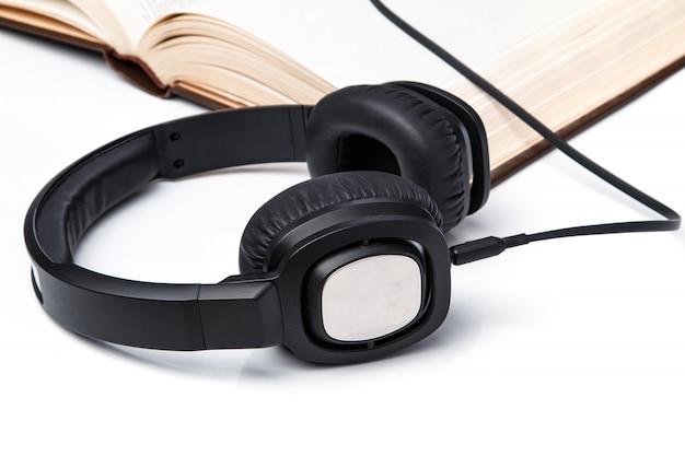 Audioboeken, koptelefoon op stapel boeken