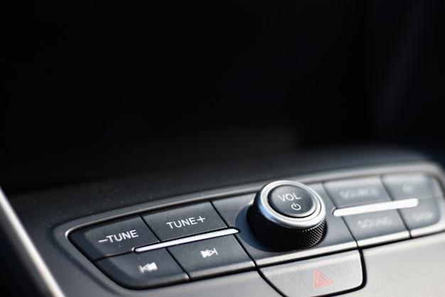 Audiocontrole in een auto met een zwarte achtergrond voor exemplaarruimte