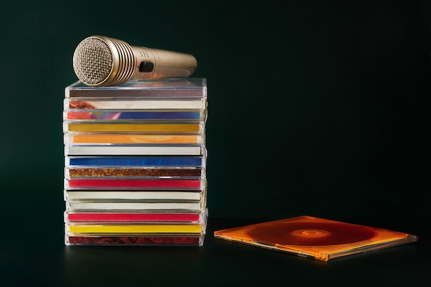 Audiomicrofoon met cd's op een donkergroene achtergrond