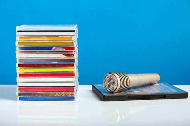 Audiomicrofoon met cd's op een houten tafel