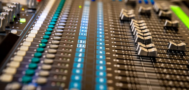 Audiomixer in de studio voor het mixen van audio van verschillende muziekinstrumenten en stem