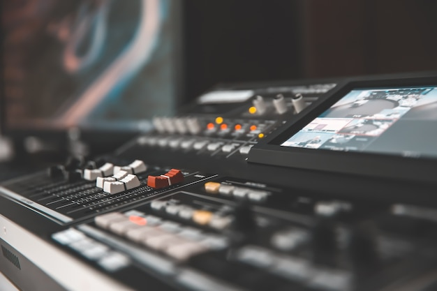 Audiomixer in studio voor het media- en geluidsconcept