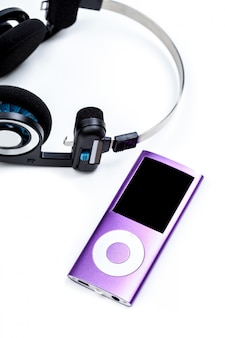 Audiospeler met hoofdtelefoons die op wit wordt geïsoleerd