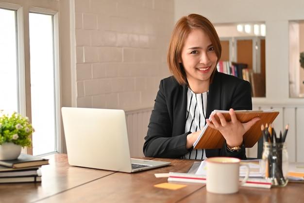 Auditconcept, zakenvrouw documentbord te houden