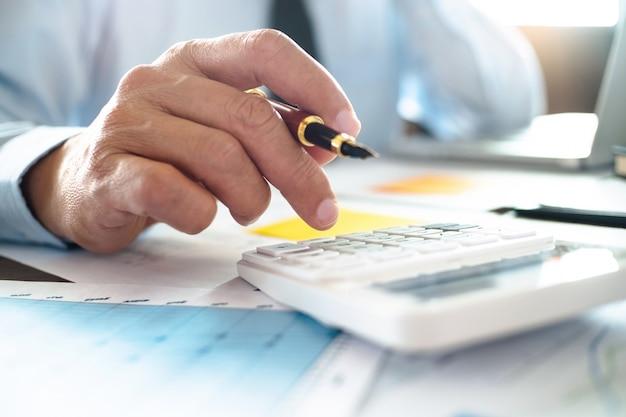 Auditor of financieel inspecteur werken aan bedrijfsrapport