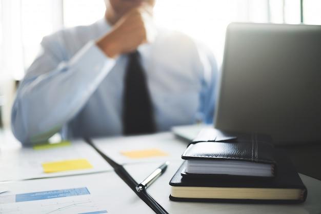 Auditor of financiële inspecteur die aan bedrijfsrapport werken