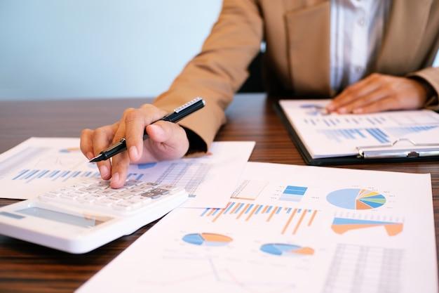 Auditor of interne inkomsten service personeel, financieel inspecteur maken rapport